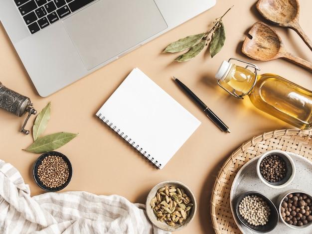 Makieta Notesu Kuchennego Do Tekstu Kulinarnego, Laptopa, Oleju W Butelce I Przypraw Premium Zdjęcia
