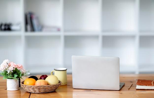 Makieta Owoców I Laptopa Na Stole. Premium Zdjęcia