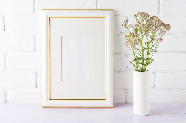 Makieta Ozdobiona Złotem Z Różowymi Kwiatami W Wazonie Cylindrycznym Premium Zdjęcia