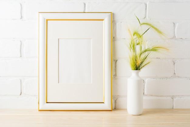 Makieta Ozdobiona Złotem Z żółtozielonymi Zielonymi Uszami Premium Zdjęcia