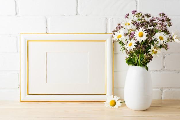 Makieta Ozdobiona Złotym Krajobrazem Z Kwitnącym Bukietem Kwiatów Premium Zdjęcia