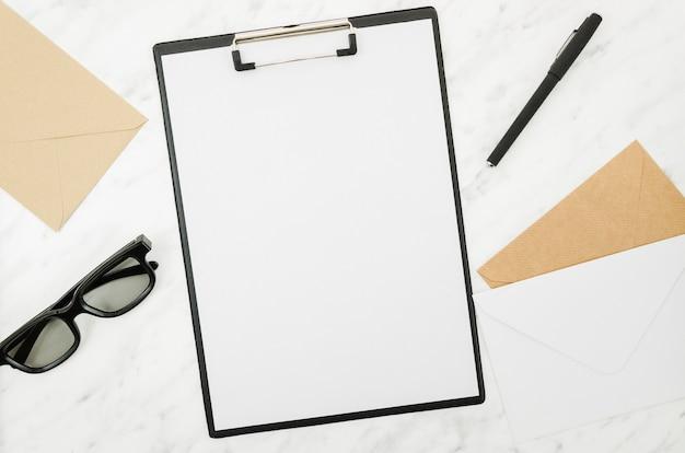 Makieta papieru płasko leżącego na obszarze roboczym Darmowe Zdjęcia