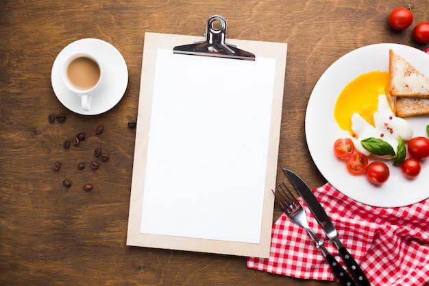 Makieta płaski leżał schowek na stole śniadanie Darmowe Zdjęcia