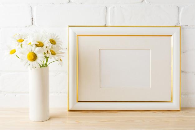 Makieta Ramki Zdobione Złotym Krajobrazem Z Kwiatem Stokrotki W Wazonie Premium Zdjęcia