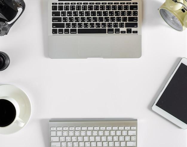 Makieta sprzętu biurowego technologii, płaskie lay Premium Zdjęcia