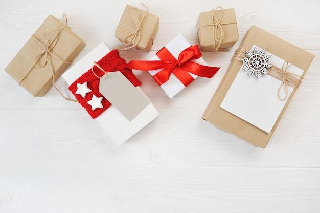 Makieta świąt Z Dekoracjami I Pudełka Na Drewnianej Desce Premium Zdjęcia