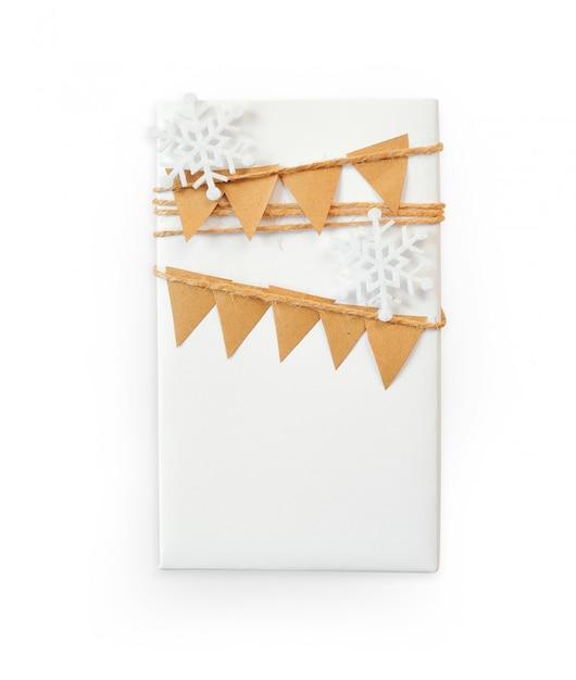 Makieta świąteczna Pudełko Zapakowane W Papier I Płatek śniegu Premium Zdjęcia