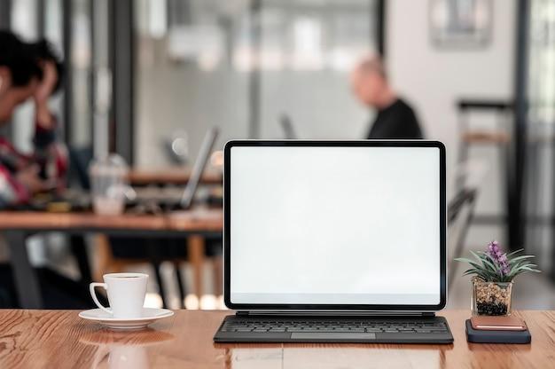 Makieta Tablet Z Pustym Ekranem Z Klawiaturą Na Drewnianym Stole W Kawiarni. Premium Zdjęcia