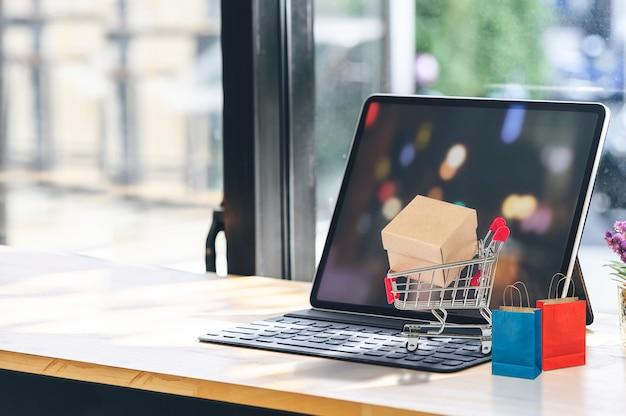 Makieta Tabletu Z Koszyka I Papierową Torbę Na Drewnianym Stole. Premium Zdjęcia