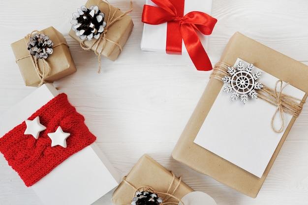 Makieta Tło Boże Narodzenie Czerwonych Prezentów Z Copyspace Mieszkanie świeckich Premium Zdjęcia