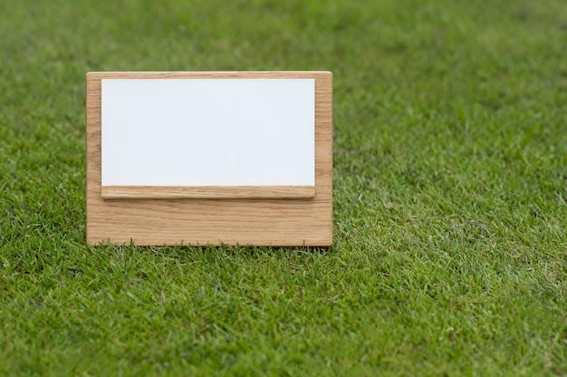 Makiety Drewniany Znak Na Zielonym Tle. Premium Zdjęcia