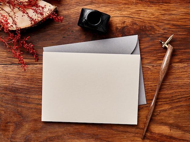 Makiety puste koperty na drewniane tła z kaligrafii piórem i atramentem Premium Zdjęcia