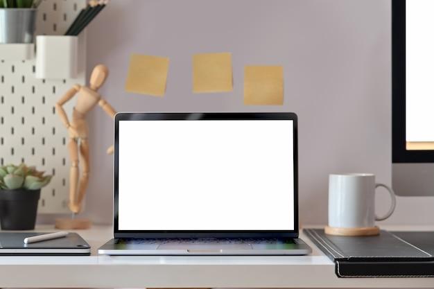 Makiety pusty ekran laptopa na biurku loft Premium Zdjęcia