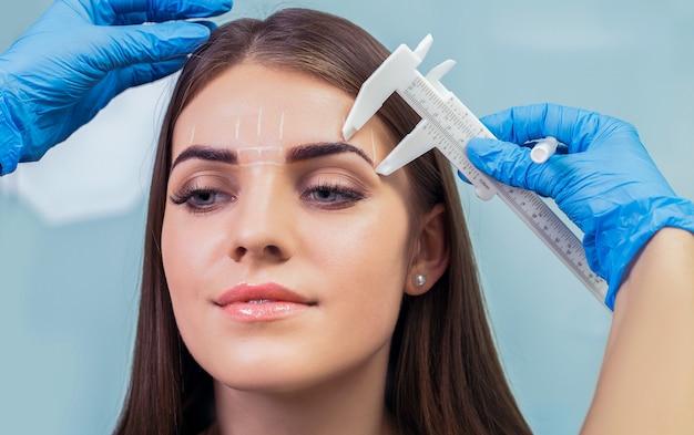 Makijaż permanentny brwi. Premium Zdjęcia