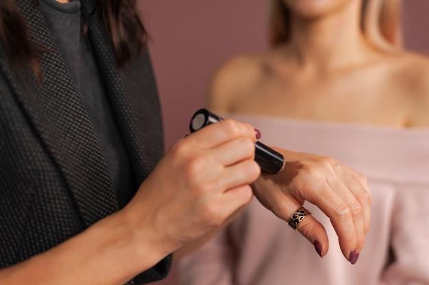 Makijażerka Testująca Na Dłoni Odcienie Bronzera Do Twarzy Premium Zdjęcia