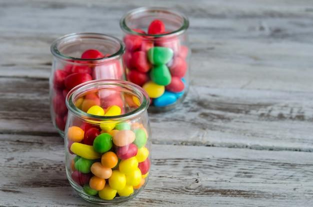 Makro Cukierków W Szklanych Słoikach Premium Zdjęcia