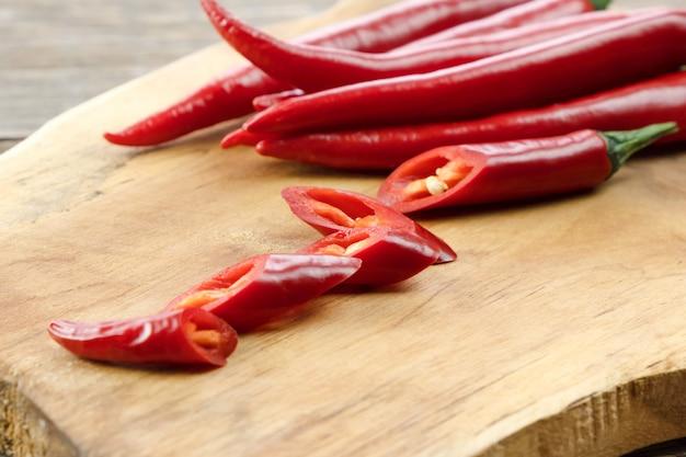 Makro Papryczki Chili, Papryka Pokrojona Na Kawałki Na Desce Premium Zdjęcia