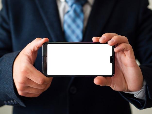 Makro ręce trzymając telefon makiety Darmowe Zdjęcia