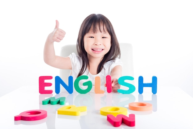 Mała Azjatykcia Preschool Dziewczyna Robi Angielszczyźnie Formułuje Jej Zabawką Nad Białym Tłem Premium Zdjęcia