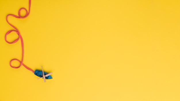 Mała błękitna łódź z pomarańczową arkaną Darmowe Zdjęcia