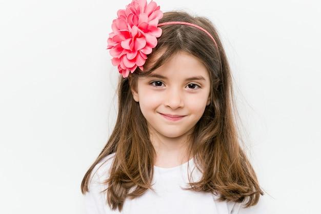 Mała Caucasian Dziewczyna Z Kostiumem I Akcesoriami Ma Zabawę Premium Zdjęcia