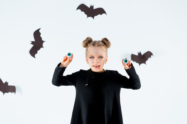 Mała Czarownica Dziewczyna W Czarnej Długiej Sukni I Magicznych Akcesoriach. Halloween Darmowe Zdjęcia