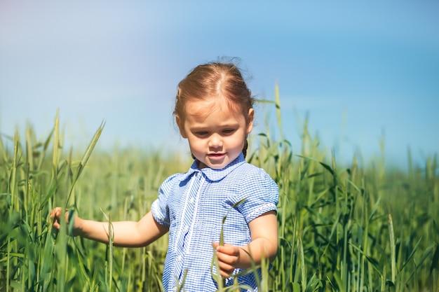 Mała Dziewczynka Bada Rośliny W Terenie Premium Zdjęcia