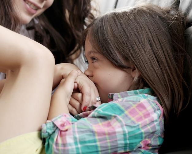 Mała Dziewczynka Bawi Się Z Mamą Darmowe Zdjęcia