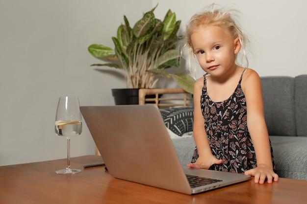 Mała Dziewczynka Bawić Się Na Laptopie. Wysokiej Jakości Zdjęcie Darmowe Zdjęcia