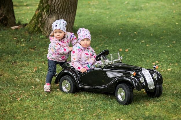 Mała Dziewczynka Bawić Się Przy Samochodem Darmowe Zdjęcia
