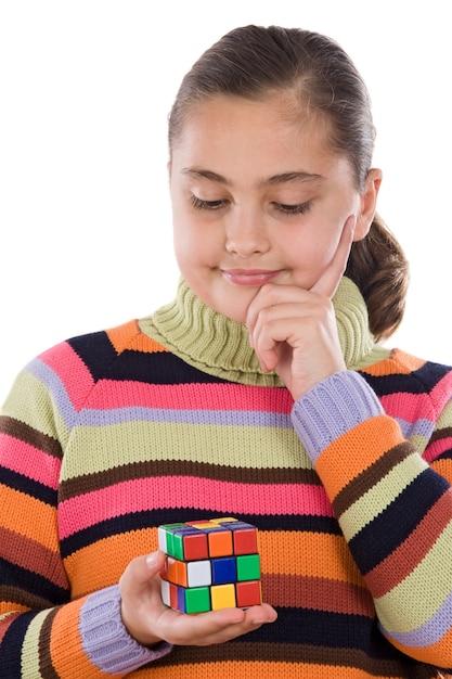 Mała Dziewczynka Bawić Się Z Colorfull Sześcianem Odizolowywającym Nad Bielem Premium Zdjęcia