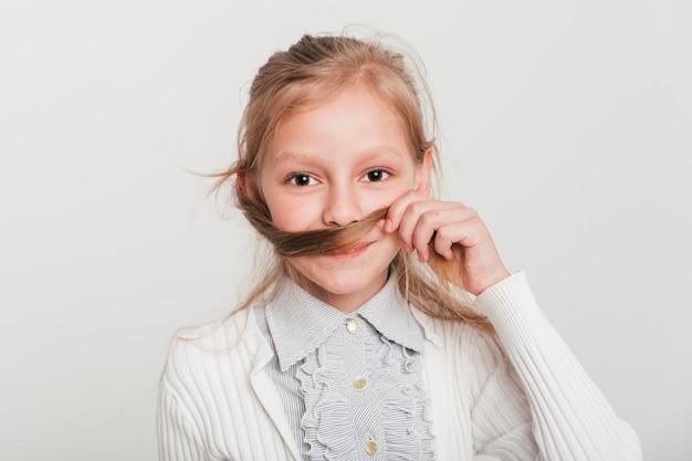 Mała Dziewczynka Bawić Się Z Jej Włosy Darmowe Zdjęcia