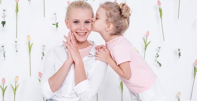 Mała Dziewczynka Całuje Szczęśliwej Matki Darmowe Zdjęcia