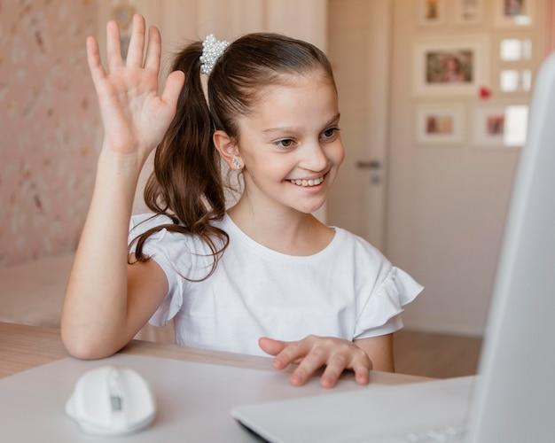 Mała Dziewczynka Chce Odpowiedzieć Na Pytanie Dotyczące Lekcji Online Darmowe Zdjęcia