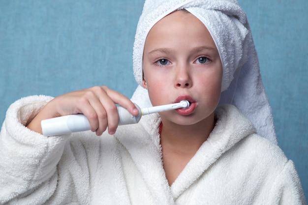 Mała dziewczynka czyszczenia zębów Premium Zdjęcia