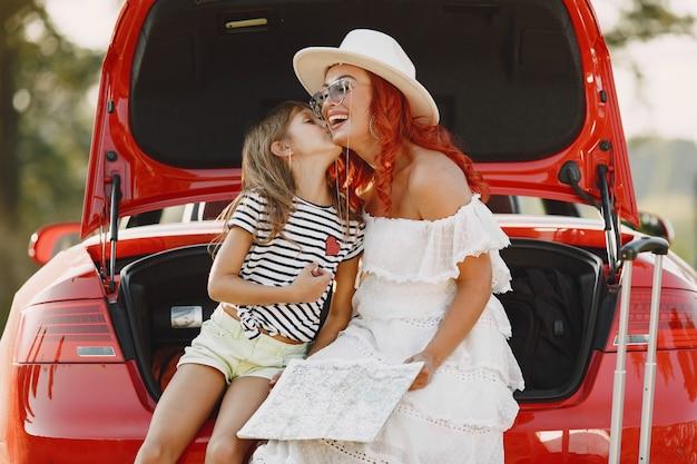 Mała Dziewczynka Gotowa Na Wakacje. Matka Z Córką Bada Mapę. Podróżowanie Samochodem Z Dziećmi. Darmowe Zdjęcia