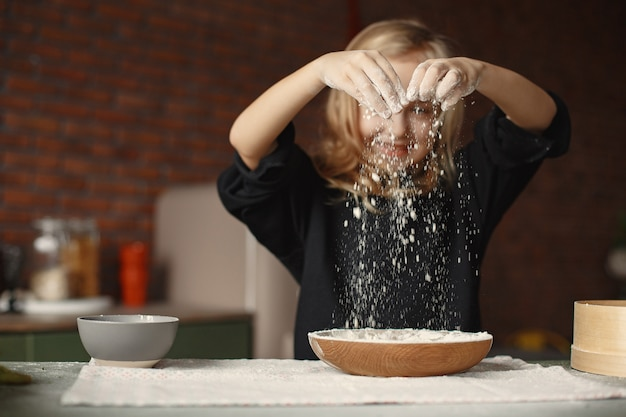 Mała Dziewczynka Gotować Ciasto Na Ciasteczka Darmowe Zdjęcia
