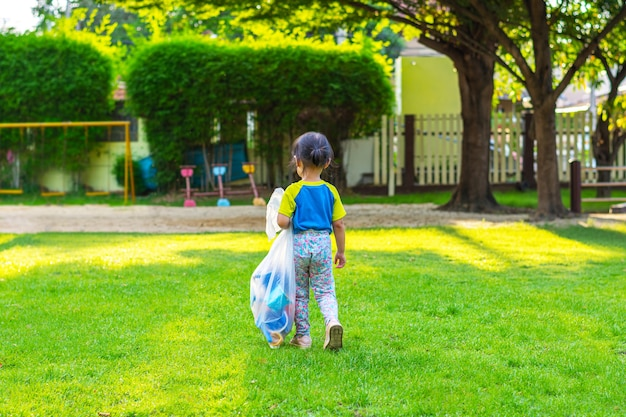 Mała Dziewczynka Na Boisku. Dzieci Bawiące Się Na świeżym Powietrzu Latem. Premium Zdjęcia