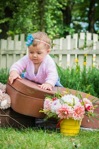 Mała dziewczynka na walizce Premium Zdjęcia