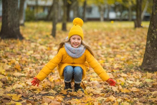 Mała Dziewczynka O Blond Włosach W Jesień Parku Premium Zdjęcia