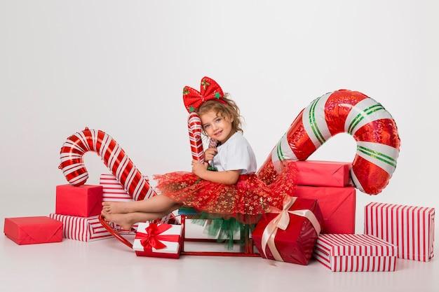 Mała Dziewczynka Otoczona Elementami świątecznymi Premium Zdjęcia