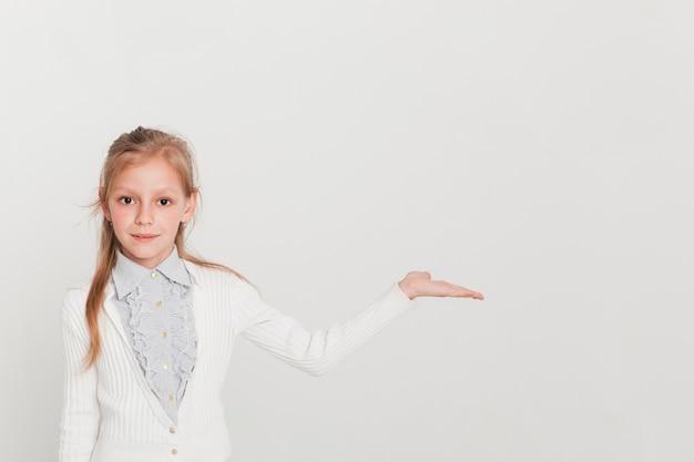 Mała Dziewczynka Przedstawia Copyspace Darmowe Zdjęcia