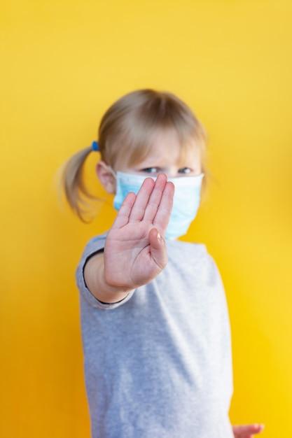Mała Dziewczynka Rasy Białej Nosząca Maskę Przeciwko Koronawirusowi Covid-19 Premium Zdjęcia