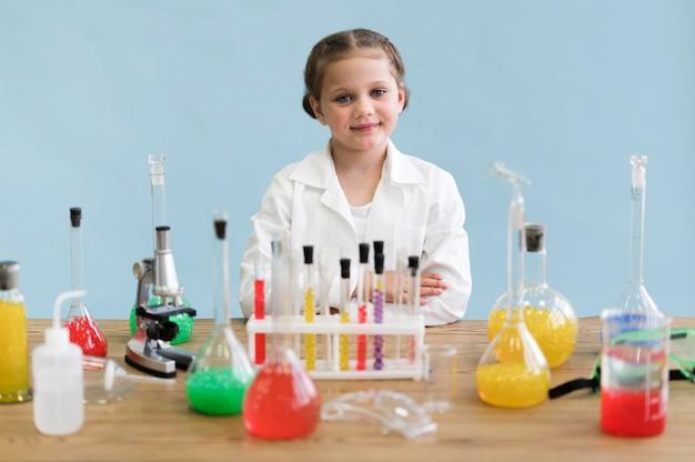 Mała Dziewczynka Robi Eksperymentom Darmowe Zdjęcia