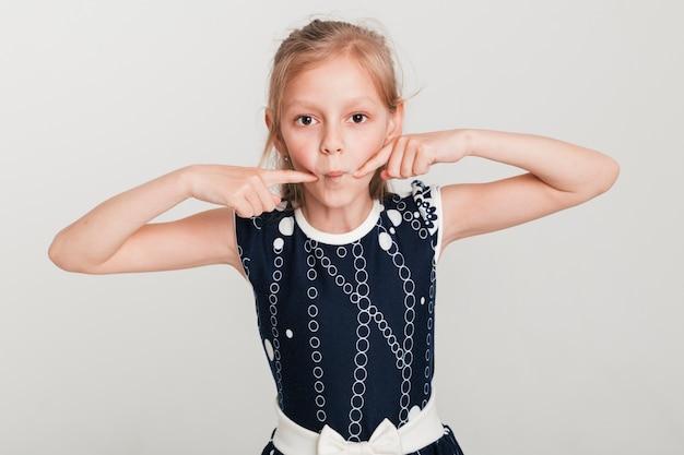 Mała Dziewczynka Robi Głupi Wyrażenie Darmowe Zdjęcia