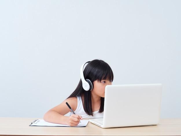 Mała Dziewczynka Robi Klasy Online Premium Zdjęcia