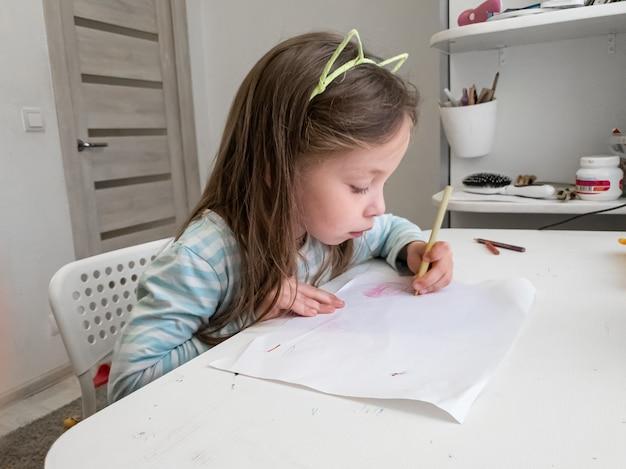 Mała Dziewczynka Rysuje Kredkami Lewą Ręką Premium Zdjęcia