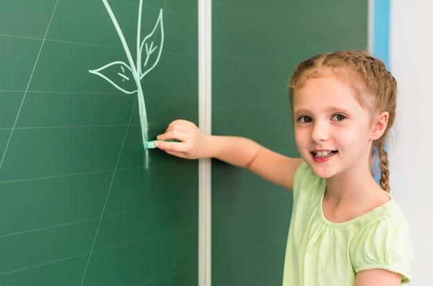 Mała Dziewczynka Rysunek Na Tablicy Darmowe Zdjęcia