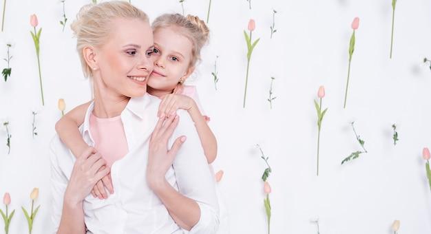 Mała Dziewczynka ściska Pięknej Matki Darmowe Zdjęcia