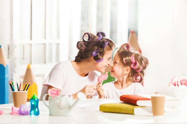 Mała Dziewczynka Siedzi Z Matką I Je Lody Darmowe Zdjęcia